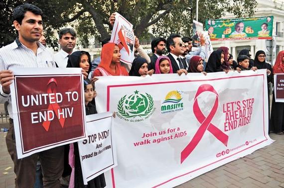 自2010年以來巴基斯坦愛滋病的感染率攀升,圖為當地民眾在參加倡導預防愛滋病的活動。(圖源:新華社)