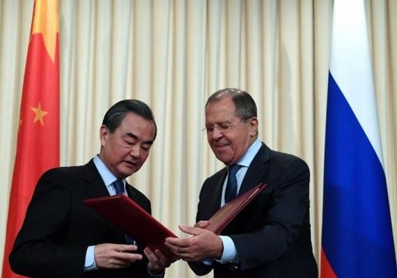 王毅與拉夫羅夫。(圖源:Sputnik)