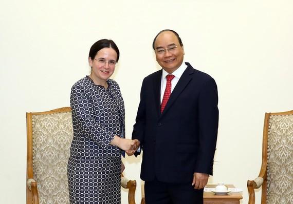 政府總理阮春福(右)接見羅馬尼亞外交部長、國務卿莫妮卡‧格奧爾基策。(圖源:越通社)