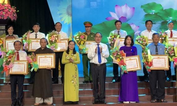 市委書記阮善仁(前右三)向集體、個人模範頒發獎狀。
