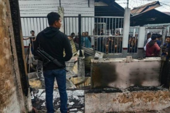 印尼北蘇門答臘省一所監獄16日下午發生騷亂,154名囚犯乘亂越獄逃跑。(圖源:AFP)