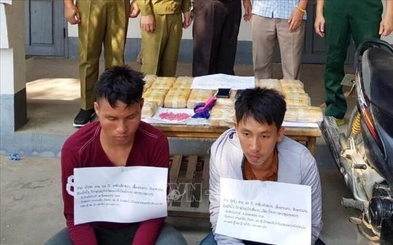 涉案的2名嫌犯與毒品物證。(圖源:越通社)