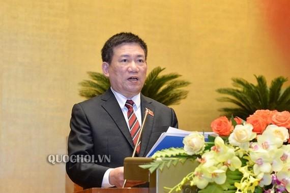 國家審計署署長胡德福向國會闡述關於肅貪的最新報告。(圖源:Quochoi.vn)