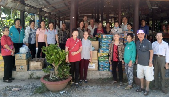 本市華人熱心人士組團前往西寧省錦豐寺殘疾老人和孤兒院,探望該院約226位殘疾無依的長者和孤兒。