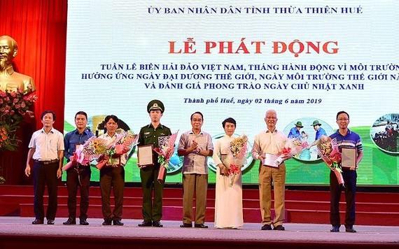 承天-順化省領導向對環保有貢獻的單位代表頒發獎狀和禮物。(圖源:公后)