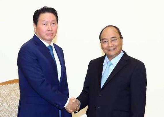 政府總理阮春福(右)接見韓國SK集團董事長崔泰源。(圖源:越通社)