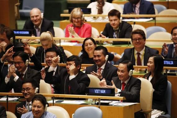 越駐聯合國代表團歡慶當選聯合國安理會非常任理事國。(圖源:越通社)