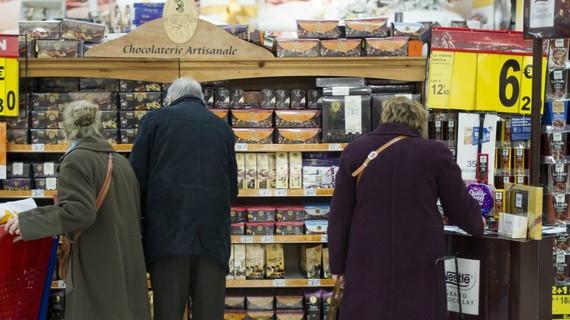 圖為民眾在超市貨架前挑選商品。 (圖源:AFP)
