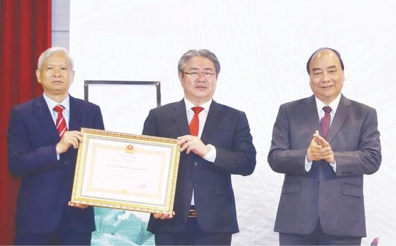 阮春福總理向國家行政學院頒授二等勞動勳章。(圖源:越通社)