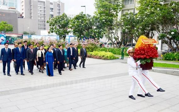 老撾首都萬象代表團與市委代表團前往胡志明主席塑像公園敬獻鮮花緬懷。(圖源:市黨部新聞網)