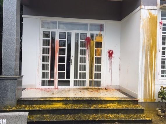 遭擲雜物、潑撒油漆的民房。(圖源:玉山)