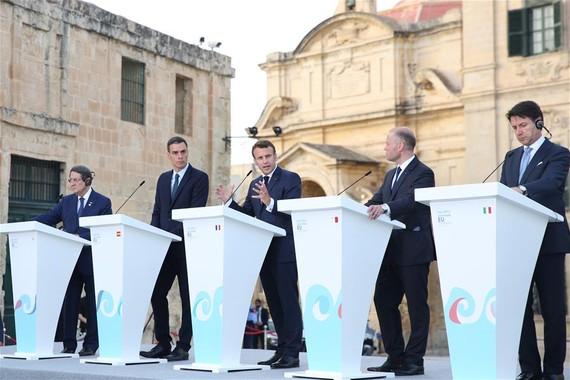 6月14日,在馬耳他首都瓦萊塔,法國總統馬克龍(中)在第六屆南歐峰會聯合記者會上發言。(圖源:新華社)
