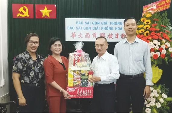 范興主任(右二)接受第八郡黨政領導贈送的賀禮。