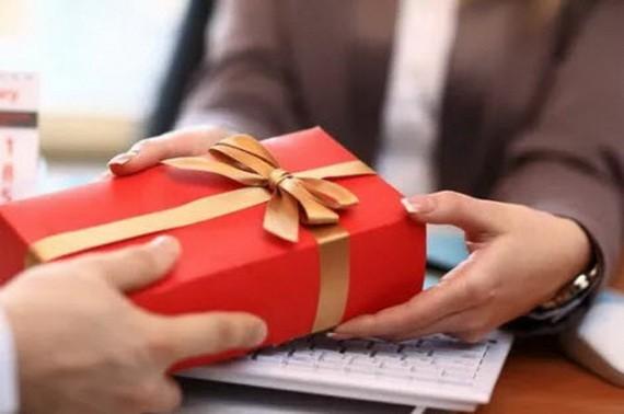第59號《議定》明確規定,機關、組織、單位若收到不符合規定的禮物,須拒絕;若無法拒絕,須將禮物交給該機關、單位的禮物管理部分以按規定在接到禮物的5天內處理。(示意圖源:互聯網)