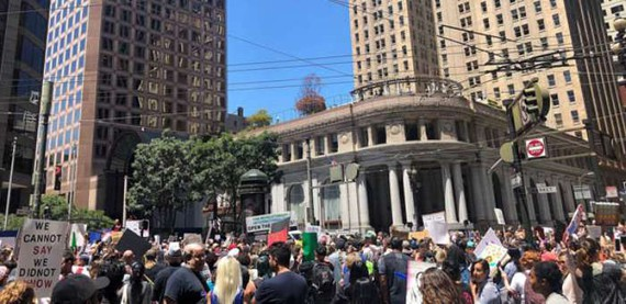 當地時間7月2日,示威者聚集在美國舊金山爆發抗議活動,要求關閉拘留移民兒童和家庭的拘留中心。(圖源:互聯網)