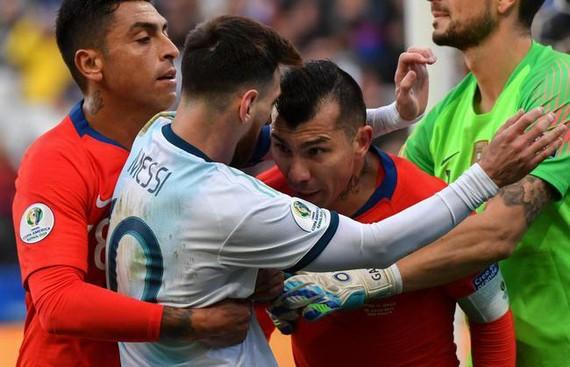 Medel頂撞Messi起衝突雙雙被罰紅牌。(圖源:互聯網)