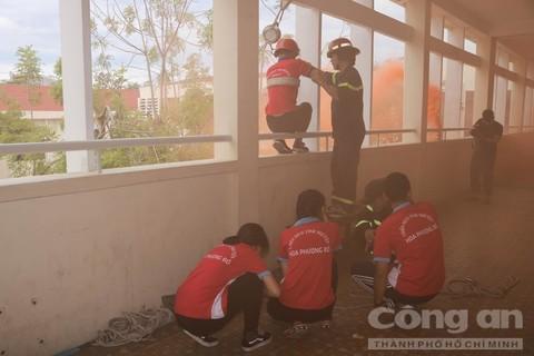 圖為學生參與模擬火警事故逃生演習一瞥。(圖源:市公安廳)