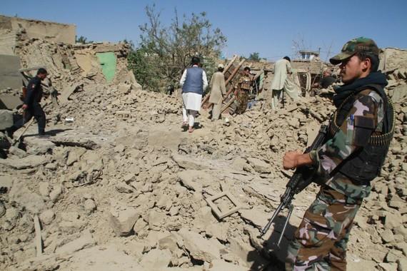 7月7日,在阿富汗加茲尼市,安全人員在查看襲擊現場。(圖源:新華社)