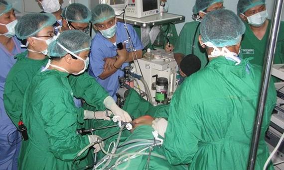 迄今,陳玉良副教授、博士與同事已進行5381例甲狀腺內窺鏡手術。(圖源:梁草)