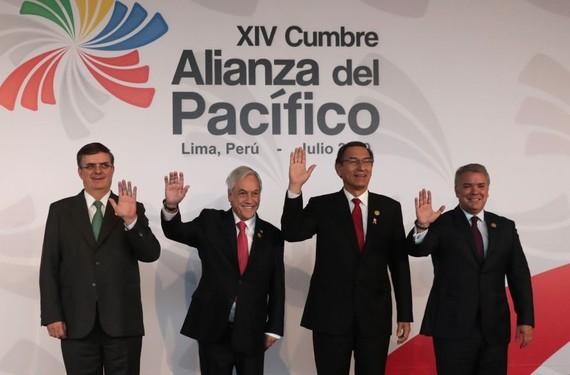 當地時間6日,在秘魯首都利馬,(從右至左)哥倫比亞總統杜克、秘魯總統比斯卡拉、智利總統皮涅拉和墨西哥外長埃布拉德出席太平洋聯盟首腦峰會。(圖源:新華社)