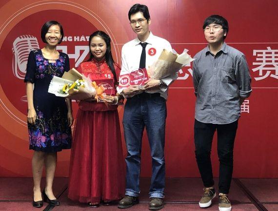 林珮玲校長(左一)向冠軍及亞軍得獎者頒獎。