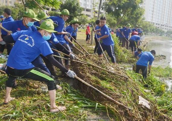 志願者參加疏浚河涌。