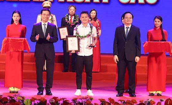 模範個人的足球球員阮光海(前中)榮獲獎狀。(圖源:越快訊)