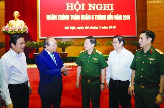 政府總理阮春福與各代表交談。(圖源:Chinhphu.vn)