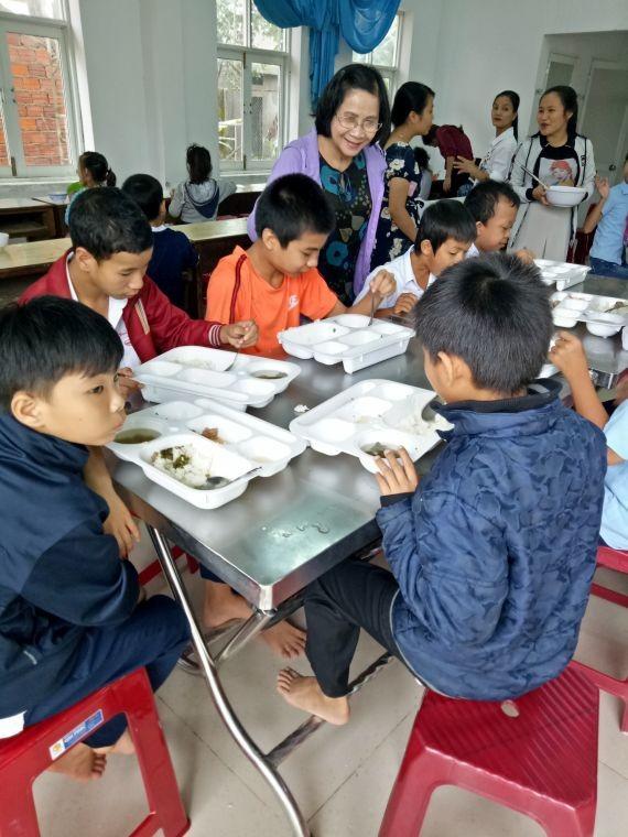 阮主任正照顧學員用餐。
