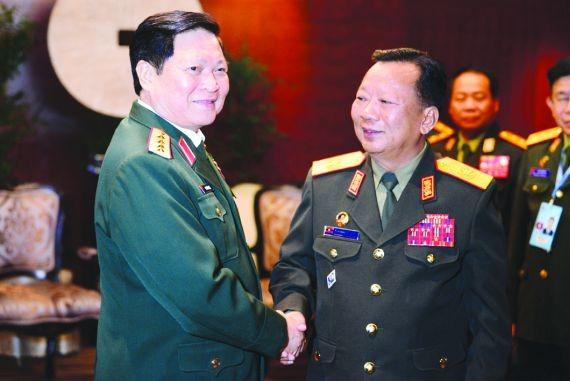 國防部長吳春歷大將(左)與泰國副總理、國防部長普拉威進行雙方會談。
