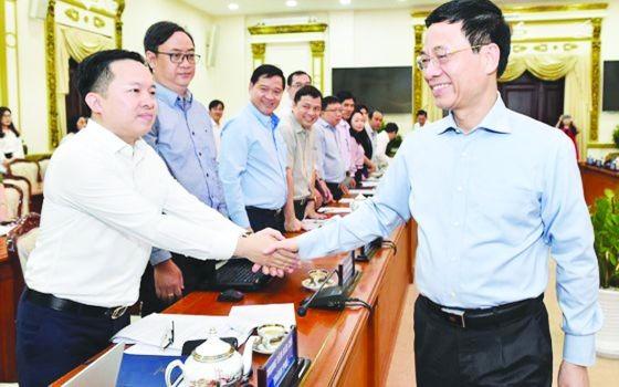 新聞與傳播部長阮孟雄(右)同與會代表握手。(圖源:互聯網)