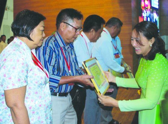 平新郡華人同胞獲得組委會表彰。