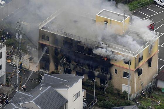 日本動畫製作公司「京都動畫」位於京都市伏見區的工作室18日傳出火警,建築物幾乎全毀,死傷嚴重。(圖源:共同社)