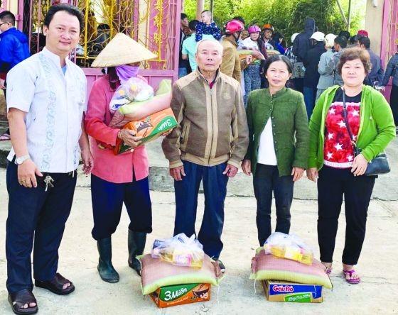 富山五行廟慈善組長鄒國榮(左一) 向少數民族同胞派發禮物。