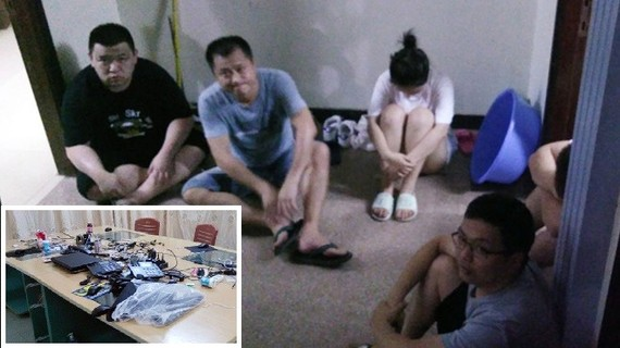 被扣留的5名中國籍嫌疑人及涉案設備工具(小圖)。(圖源:警方提供)