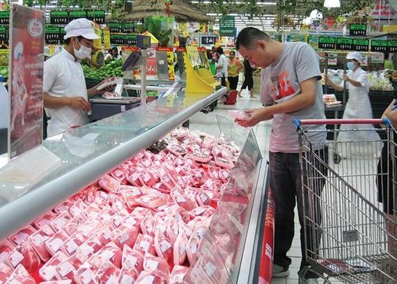 外商關注越南糧食食品市場。圖為消費者在超市選購食品。(示意圖源:互聯網)