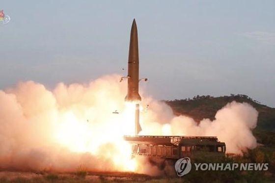圖為近程彈道導彈點火升空場面。 (圖源:韓聯社/朝鮮央視)