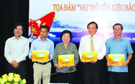 黃志雄攝影家向組委會贈送《長沙活力》一書。