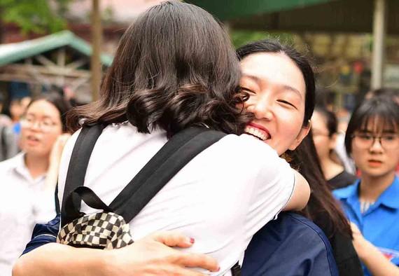應屆高中畢業生互擁恭喜被大學錄取。(示意圖源:互聯網)