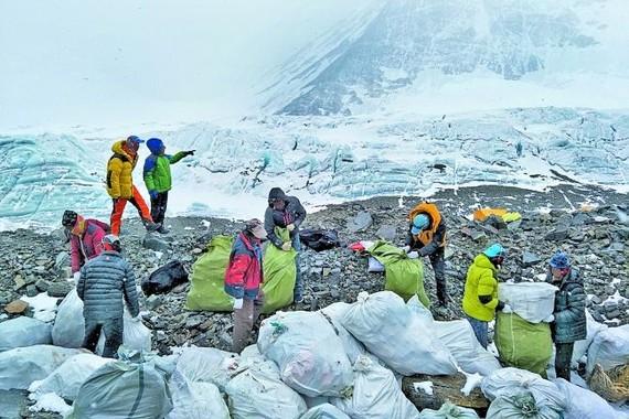 尼泊爾派人在珠峰收集垃圾。(圖源:AP)