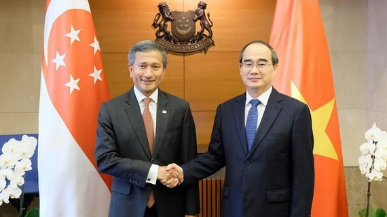 市委書記阮善仁與新加坡外交部長維文合影。(圖源:喬峰)