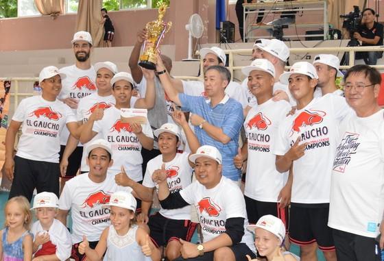 大亞集團領導向冠軍隊頒獎合照。