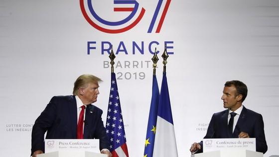 8月26日,在法國南部城市比亞里茨,美國總統特朗普(左)和法國總統馬克龍在七國集團峰會期間出席聯合記者會。(圖源:AP)