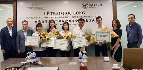 萬盛發集團領導向獲得本年度獎學金的學生頒獎。