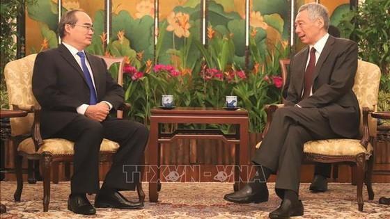 市委書記阮善仁(左)會見新加坡總理李顯龍。(圖源:越通社)