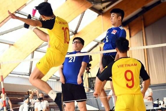 越南毽球隊(白衣)在比賽中。(圖源:互聯網)