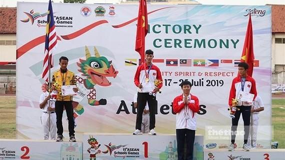 越南學生運動代表團在領獎台上。(圖源:互聯網)