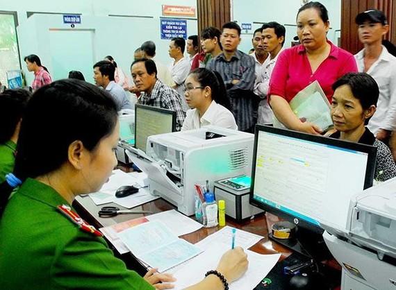 市民輪候辦理簽發身份證手續。