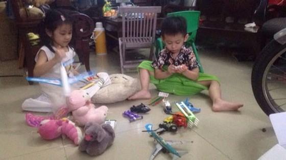 姐弟倆玩完後會自覺收拾好自己的玩具並清理室內的垃圾。