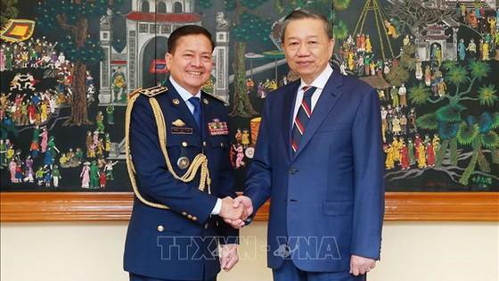 公安部長蘇霖大將(右)接見柬埔寨王國內務部國家警察總署總監涅沙文上將。(圖源:越通社)